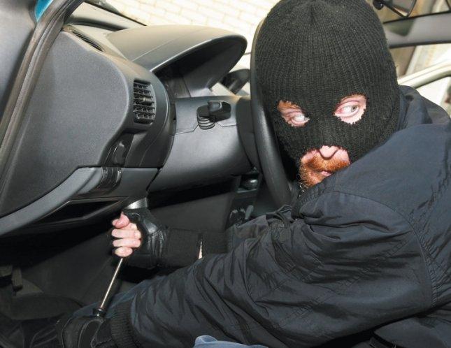 Злодій намагається завести і викрасти автомобіль