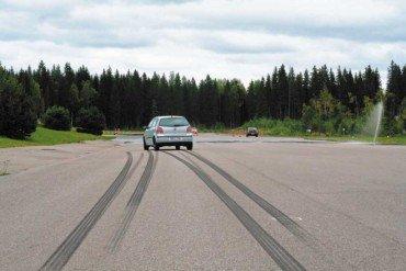 Как сократить тормозной путь? Видео урок от школы безопасного вождения