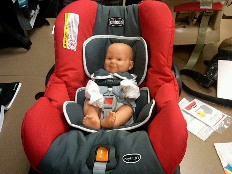 Детское кресло и кукла