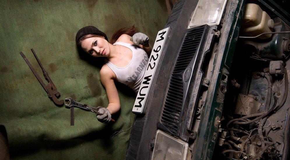 ремонтирует авто